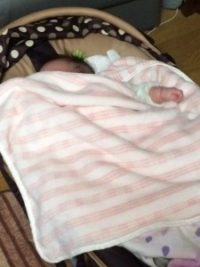 バウンサーに寝てる子ども