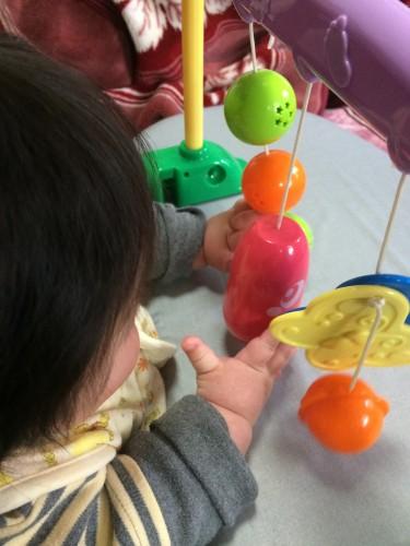 赤ちゃんジムで遊びながらおすわりトレーニング