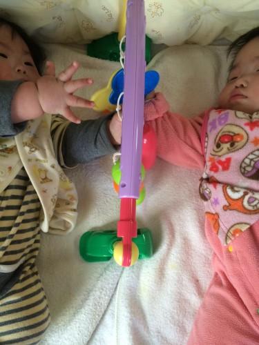 2人で赤ちゃん用ジムで遊ぶ