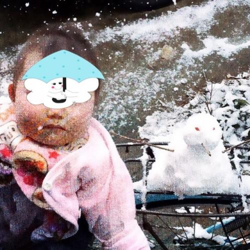 雪景色の中で雪だるまと赤ちゃん