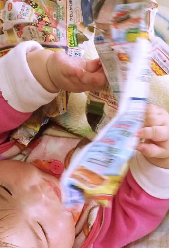 紙で遊ぶ赤ちゃん