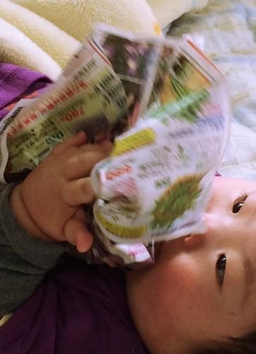 紙をぐしゃぐしゃにして遊ぶ