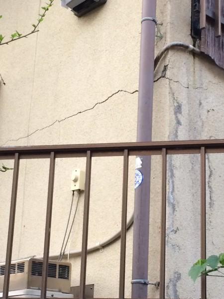 熊本地震住宅倒壊壁にひび割れ