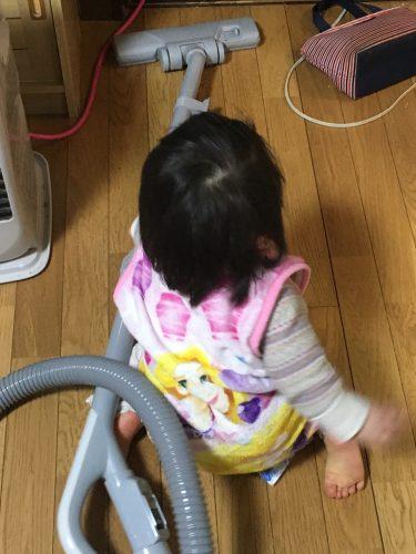 掃除機かける赤ちゃん