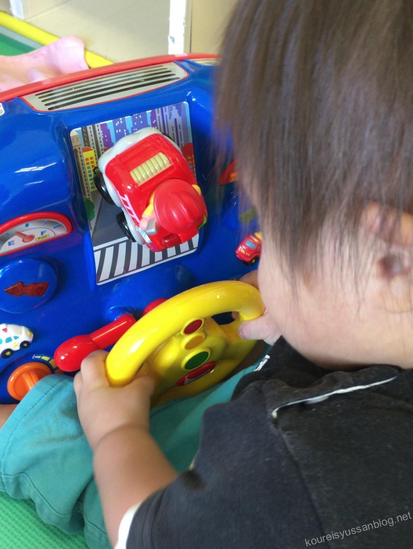 車のおもちゃで遊ぶ
