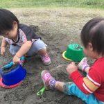 双子の砂遊び